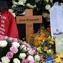 Panne bei der Trauerfeier: Beim Geburtsdatum auf dem Holzkreuz hat sich ein Zahlenfehler eingeschlichen. Guido Westerwelle wurde 1961 geboren, nicht 1967.