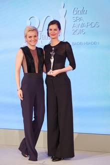 "GALA Spa Awards 2016: Kategorie ""Cult Concepts"": Jurorin Dr. Barbara Sturm übergab den Preis an Susi Teichmann (Weleda). Glückwunsch!"