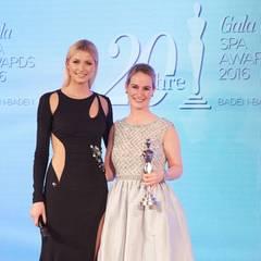 """GALA Spa Awards 2016: Model Lena Gercke überreichte den Preis in der Kategorie """"Luxury Concepts"""" an Eva Hoffmann von LVMH / Givenchy."""