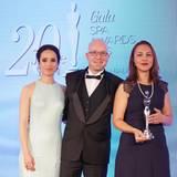 """GALA Spa Awards 2016: Schauspielerin Stephanie Stumph mit Lars Hermann und Sandie Johannessen vom """"Four Seasons"""" auf den Malediven. Sie reisten an, um den Preis in der begehrten Kategorie """"Innovative Spa Concepts"""" abzuholen."""