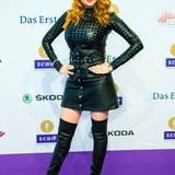 Palina Rojinski kommt im Leder-Outfit zur Verleihung in Berlin.