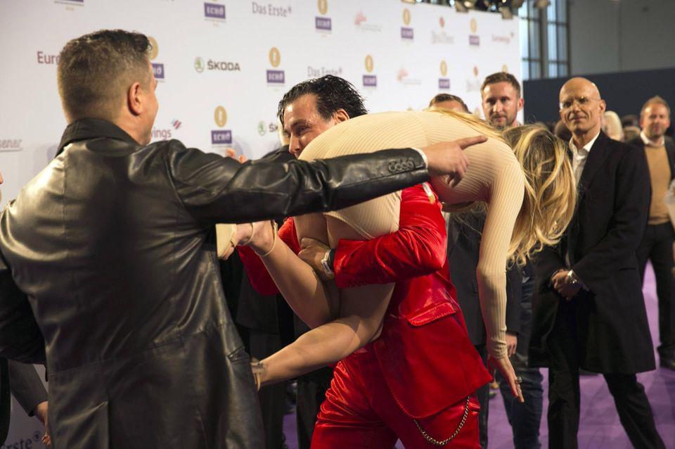 Ich nehm dich auf die Schultern, Kleines: Sophia Thomalla und Till Lindemann sorgen an diesem Abend für einen lustigen Moment auf dem roten Teppich.