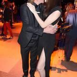 Nathalie Volk und Partner Frank Otto knutschen vor den Kameras.