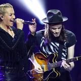 Sarah Connor (Künstlerin Rock/Pop National) und James Bay (Newcomer International) performen gemeinsam auf der Bühne.
