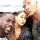 """Kevin Hart schießt ein Erinnerungsfoto mit Ariana Grande und Dwayne """"The Rock"""" Johnson."""