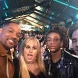 Will Smith, Rebel Wilson, Jaden Smith und Hugh Sheridan halten den Abend mit einem Selfie fest.