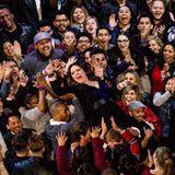 Melissa McCarthy wird vom Publikum auf Händen getragen.