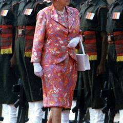 Blütenpracht: Ihren Staatsbesuch anlässlich des 50. Jahrestags der indischen Unabhängigkeit startet Queen Elizabeth II. im auffällig floralen Ensemble.