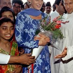 Im floralen, blauen Gewand besuchte die sehr engagierte Prinzessin Diana im Mai 1997 ein Krankenhaus in Lahore.