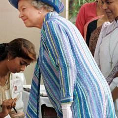 Mit dem Streifen- und Pünktchenmuster gibt sich Königin Elizabeth II. bei einem Besuch in Neu-Delhi im Oktober 1997 selbst für ihre Verhältnisse auffällig farbenfroh.