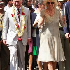 Farblich gibt sich Camilla auch in Indien eher bedeckt, Paisley-Muster und Rüschenkragen sind für sie aber schon recht auffällig, wie bei diesem Sommerkleid, in dem sie sich bei ihrem Besuch in Kochi zeigte.