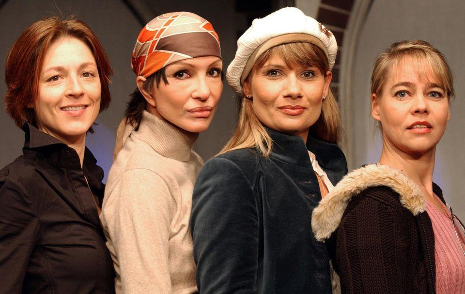 """Mit Anouschka Renzi, Jenny Jürgens und Astrid Kohrs steht Hendrikje Fitz für das Theaterstück """"Vier Frauen und ein Unfall"""" im Januar 2006 in Düsseldorf auf der Bühne."""