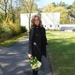 Die Moderatorin Maren Gilzer kommt mit einem Blumenstrauß in der Hand zur Trauerfeier für die Schauspielerin.