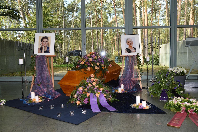 Zum Leben gehört leider auch der Tod: Am 29. April wird die verstorbene Schauspielerin Hendrikje Fitz (†) beerdigt. Bei der emotionalen Trauerfeier sieht man nicht nur der Sarg, sondern auch Blumen und zwei Bilder von ihr.