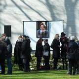 Die Trauergemeinde in stiller Anteilnahme. Die Schauspielerin wird auf einem Waldfriedhof in Berlin-Zehlendorf beigesetzt und neben ihrem Vater, dem Schauspieler Peter Fritz, ruhen.