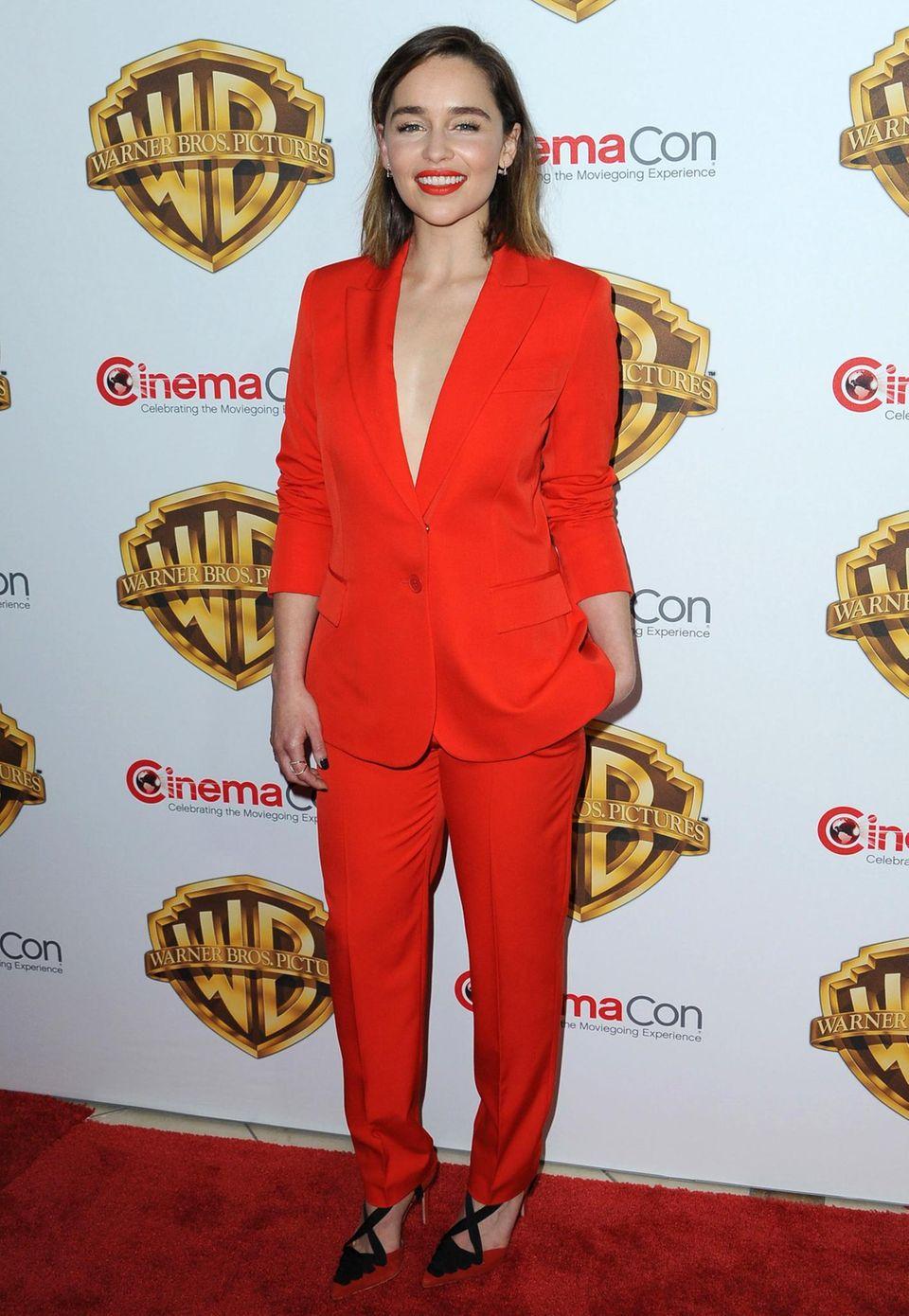 """Heiß, heißer, Emilia Clarke! Im feuerroten Hosenanzug bezaubert die """"Game of Thrones""""-Beauty bei der CinemaCon."""