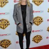 Zu Leggings und Sweatshirt stylt Margot Robbie einen maskulinen Karo-Blazer und spitze Statement-Booties.