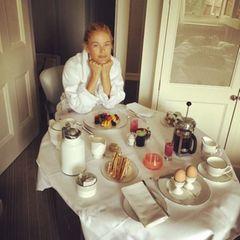 """Supermodel Carolyn Murphy, die bereits in den 90er-Jahren berühmt wurde, soll nach der """"Alkaline-Diät"""" leben. Es werden hauptsächlich basische Produkte verzehrt, auf säurehaltige Lebensmittel wird weitgehend verzichtet. Viel frisches Obst, Nüsse, Avocados und Eierspeisen stehen dabei auf dem Plan. Fleisch oder Kaffee sind dafür gestrichen. Auch Victoria Beckham und Jennifer Aniston schwören darauf."""