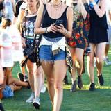Schwarzes Tank-Top, Jeans-Hotpants und Wildleder-Boots sind für Alessandra Ambrosios Festival-Verhältnisse schon recht langweilig.