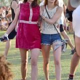 Emma Roberts (r.) wirkt in ihrem Retro-Strick-Oberteil und Jeans-Hotpants auch nicht stylischer als ihre Freundin im pinken Samt-Dress.