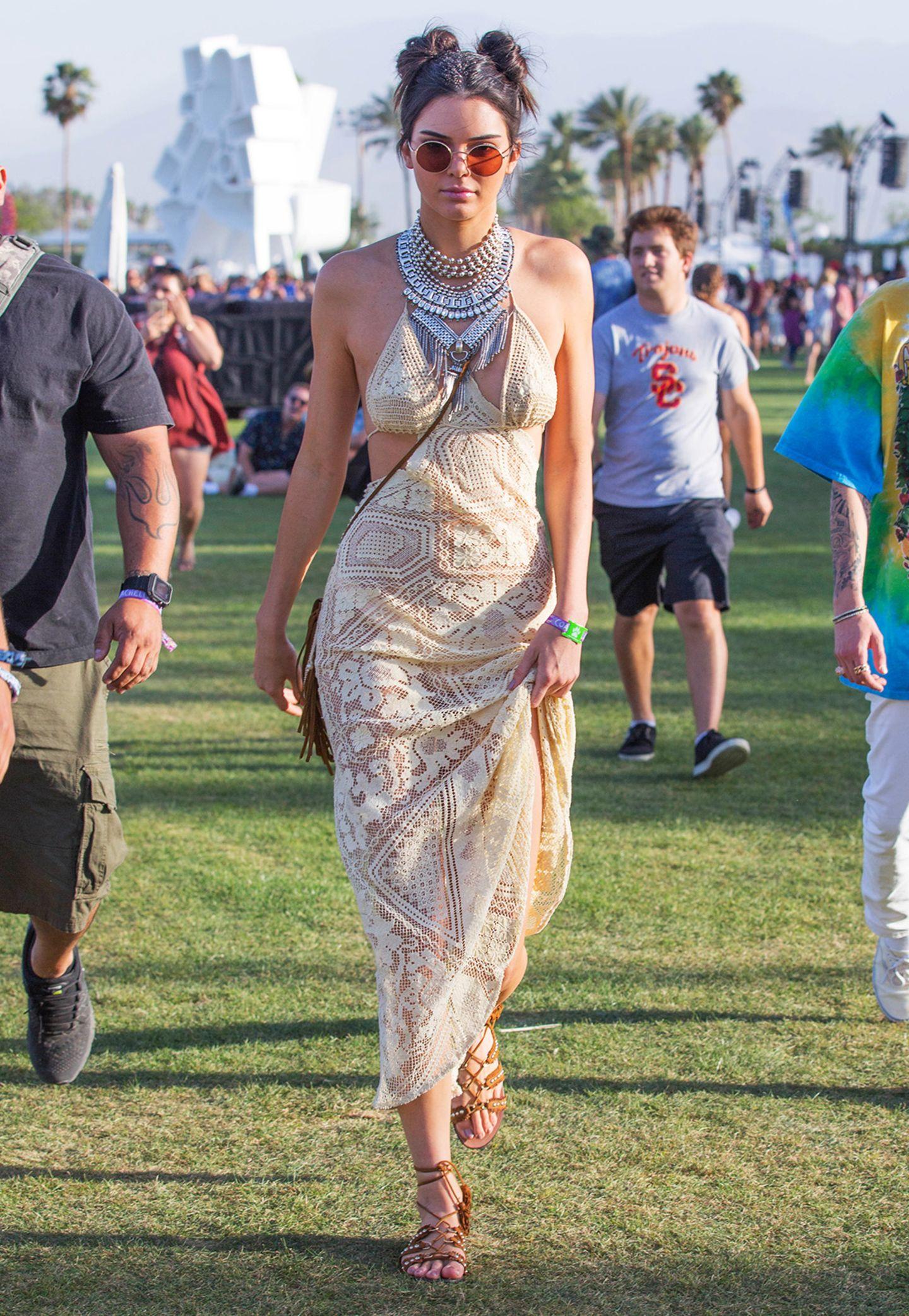Wow! Mit ihrem cremefarbenen Spitzen-Kleid, Schnürsandalen und dem schweren Silberschmuck im Ethno-Look verkörpert Kendall Jenner perfekt den modernen Hippie-Trend des Coachella-Festivals.