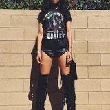 Topmodel Shanina Shaik macht im Bob-Marley-Shirt, Leder-Hotpants und fransigen Overknees ganz auf sexy Biker-Braut.