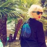Abgesehen von ihren frisch gebleichten Haaren ist Taylor Swift in Bomberjacke mit Gewitter-Motiv doch eher etwas zu warm angezogen.
