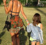 Die Silber-Tattoos kann man bei Alessandra Ambrosio rückenfreien-Ethno-Dress besonders gut sehen. Töchterchen Anja hingegen zeigt uns in Jeans-Jacke die kalte Schulter.