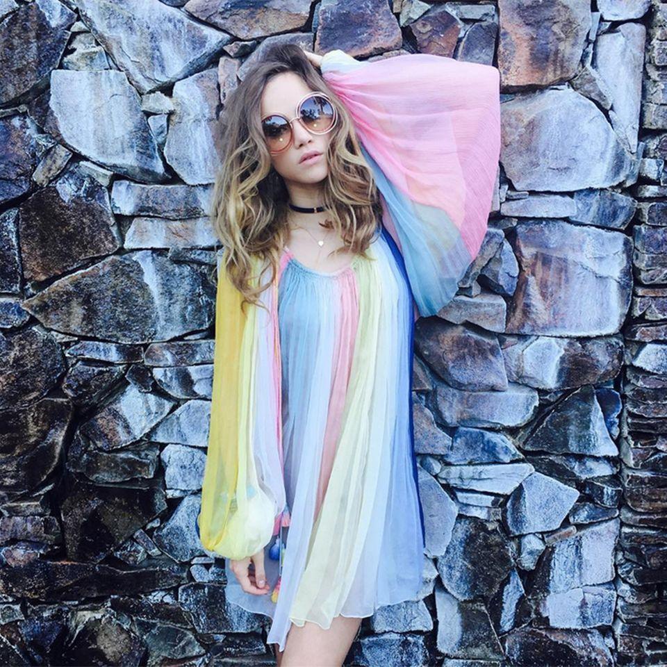 Richtig edel zeigt sich Suki Waterhouse auf ihrem Instagram-Profil im weich fallenden Regenbogen-Dress von Chloé.