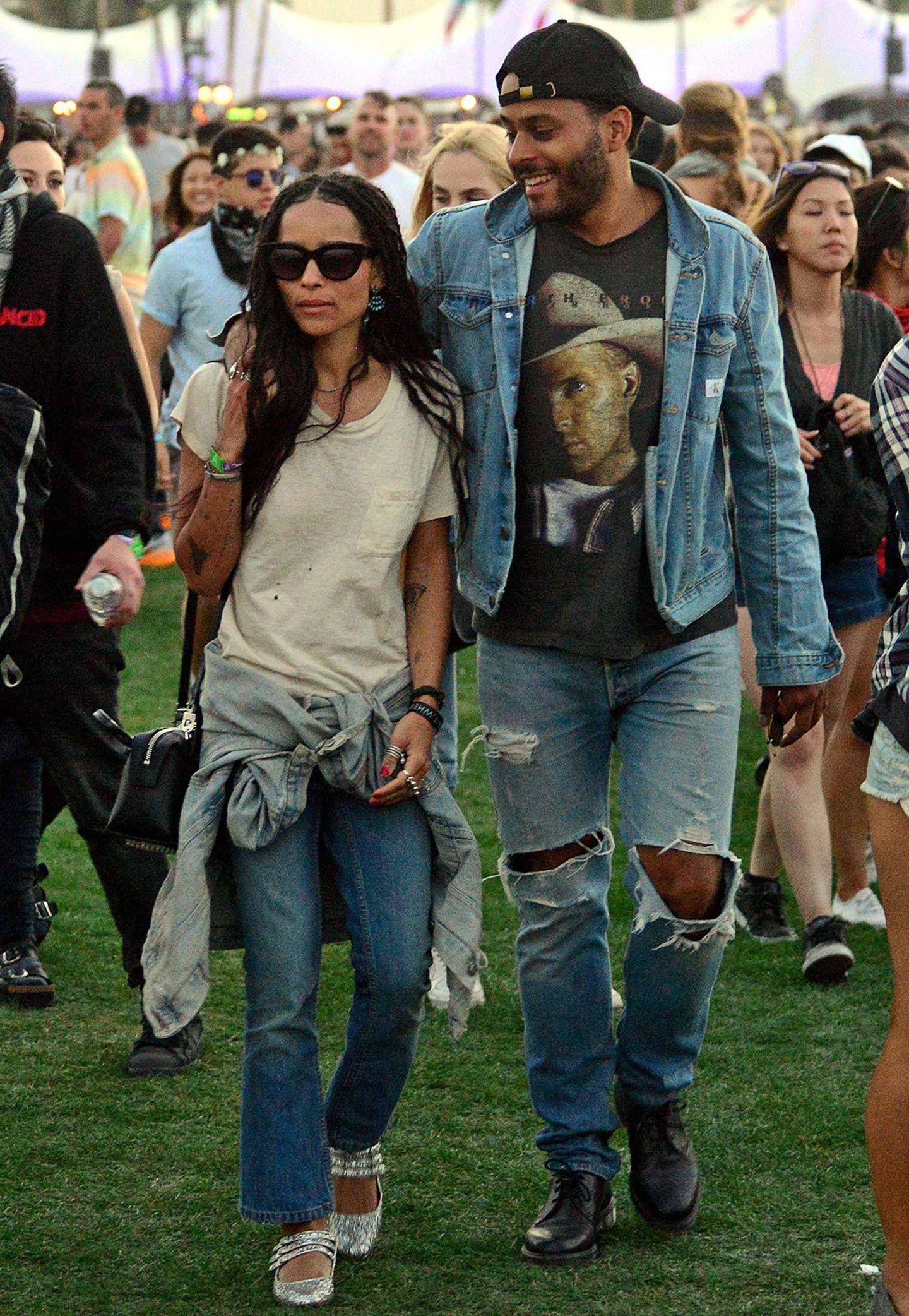 Zoe Kravitz legt beim Coachella-Festival mit Jeans und T-Shirt eher Wert auf Bequemlichkeit als auf Style. Aber darin hat sie sich zumindest mit ihrem Freund Twin-Shadow abgesprochen. Partnerlook olé!