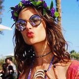 Auffälliger Blütenkranz, schwarze Fingernägel, Silber-Tattoo im Henna-Look: Topmodel Alessandra Ambrosio geht in ihrer Rolle als Teilzeit-Hippie beim Coachella-Festival voll auf.