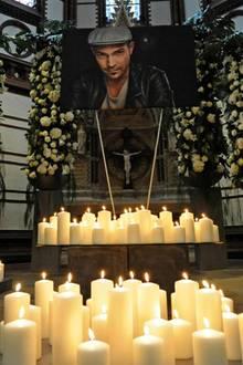 """Roger Cicero (†): Kerzen für Roger Cicero: Zur Trauerfeier kamen Familienangehörige, Freunde und Fans. Besonders emotional: Mit der bewegenden Ballade """"Ich hätt' so gern noch Tschüss gesagt"""" endete die Gedenkfeier in der St. Gertrud-Kirche in Hamburg-Uhlenhorst."""