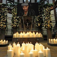 """Abschied von Roger Cicero: Kerzen für Roger Cicero: Zur Trauerfeier kamen Familienangehörige, Freunde und Fans. Besonders emotional: Mit der bewegenden Ballade """"Ich hätt' so gern noch Tschüss gesagt"""" endete die Gedenkfeier in der St. Gertrud-Kirche in Hamburg-Uhlenhorst."""