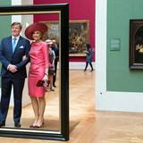 Das Königspaar fällt lachend aus dem Rahmen, als sie in der alten Pinakothek sind.