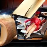 Máxima steigt vorsichtig aus dem futuristischen BMW - und achtet genau auf die Etikette.