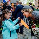 Tag 2  Königin Máxima bekommt Blumen überreicht von einem kleinen Fan und freut sich darüber sichtlich.