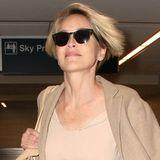"""Sharon Stone definiert das Wort """"Reisefreiheit"""" ganz neu: Fliegen ohne BH. Und das mit 58 Jahren."""