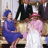 Diese ungewöhnliche Modell mit luftigen Federn trug Queen Elizabeth anlässlich der Taufe von Prinz William im August 1982.