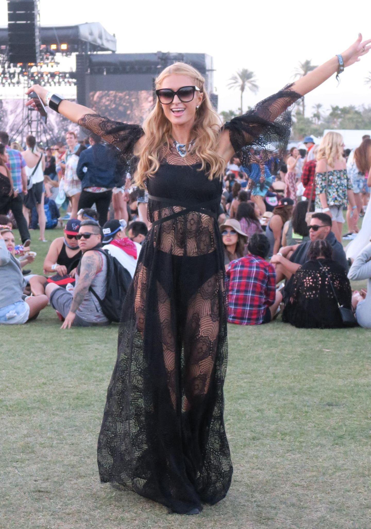 Paris Hilton tanzt ausgelassen in der Menge.
