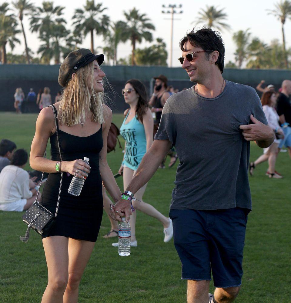 Zach Braff hält verliebt mit seiner neuen Freundin Janell Shirtcliff Händchen.