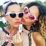 """""""Coral Cat"""" nennt Katy Perry (l.) ihr Outfit. Sie trägt eine Sonnenbrille, die ihr Katzenaugen verleiht, sowie einen matten Lippenstift in der Farbe Koralle."""