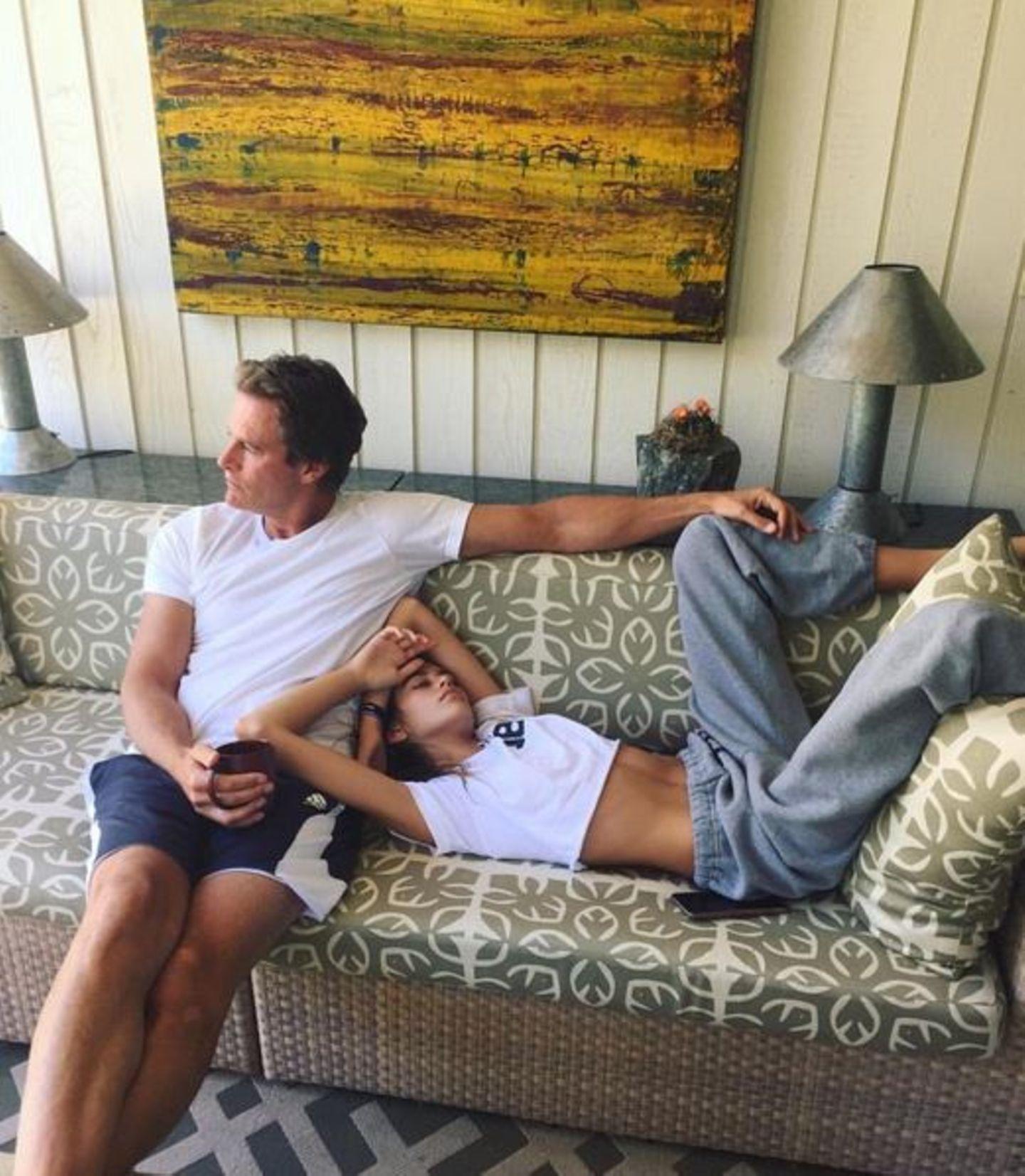 Kaia Gerber braucht nach dem Festival-Wochenende erst mal eine gehörige Portion Schlaf. Papa Rande Gerber macht sich dabei gut als Kissen.