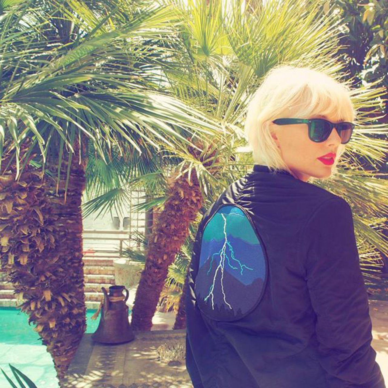 Taylor Swift überrascht ihre Fans mit einem neuen Look: Die Sängerin hat sich die Haare vor dem Festival platinblond gefärbt.