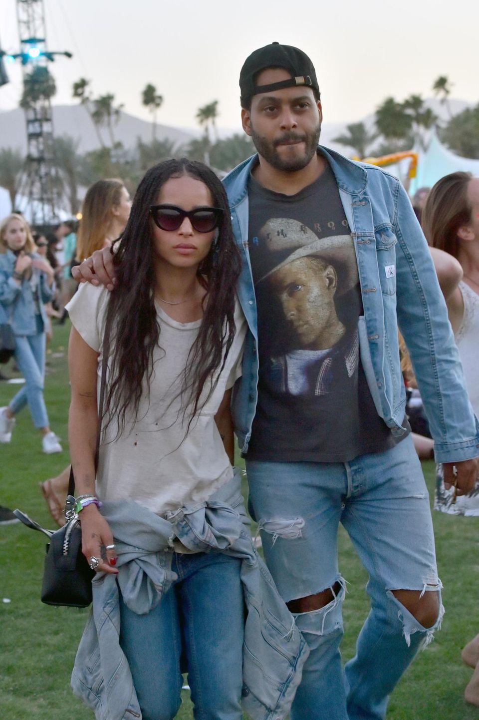 Zoe Kravitz schlendert mit ihrem Freund, dem Musiker Twin Shadow, über das Festivalgelände.