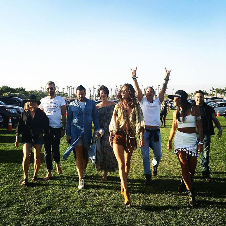 Alessandra Ambrosio entert mit ihrer Clique das Festivalgelände.