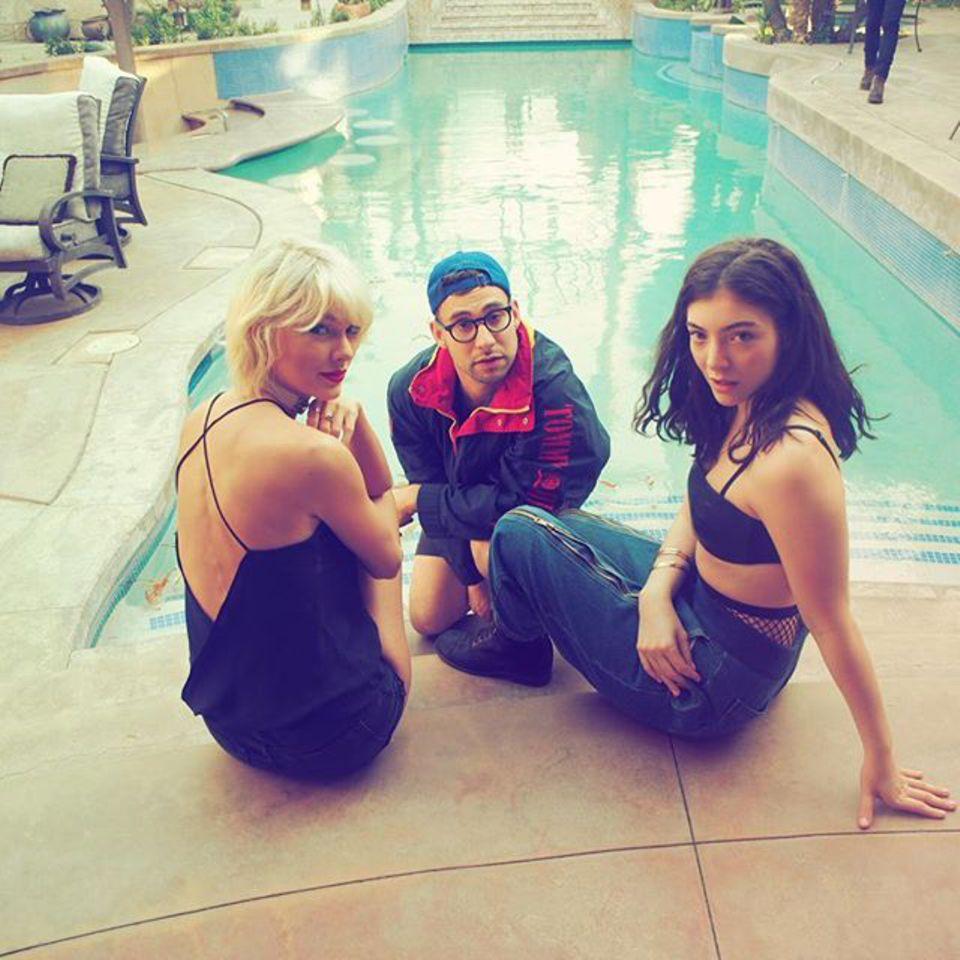 Taylor Swift relaxt zwischendurch mit Jack Antonoff und Lorde am Pool.