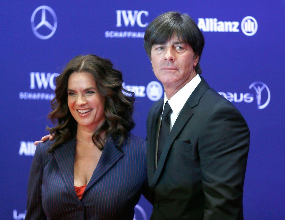 """Katarina Witt und Jogi Löw zeigen sich gemeinsam auf dem roten Teppich. """"Laureus ist der Oscar des Sports und ich finde es wunderbar, dass die Veranstaltung jetzt in Berlin stattfindet. Ich treffe immer viele Freunde und Kollegen hier"""", so der Tariner der deutschen Fußballmeister."""