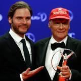 """Daniel Brühl durfte die Trophäe an Niki Lauda überreichen. """"Für mich ist es eine besondere Ehre, diesen Preis an Niki Lauda überreichen zu dürfen. Ein sehr emotionaler Abend für mich"""", so der Schauspieler, der Lauda in dem Film """"Rush"""" verkörperte."""