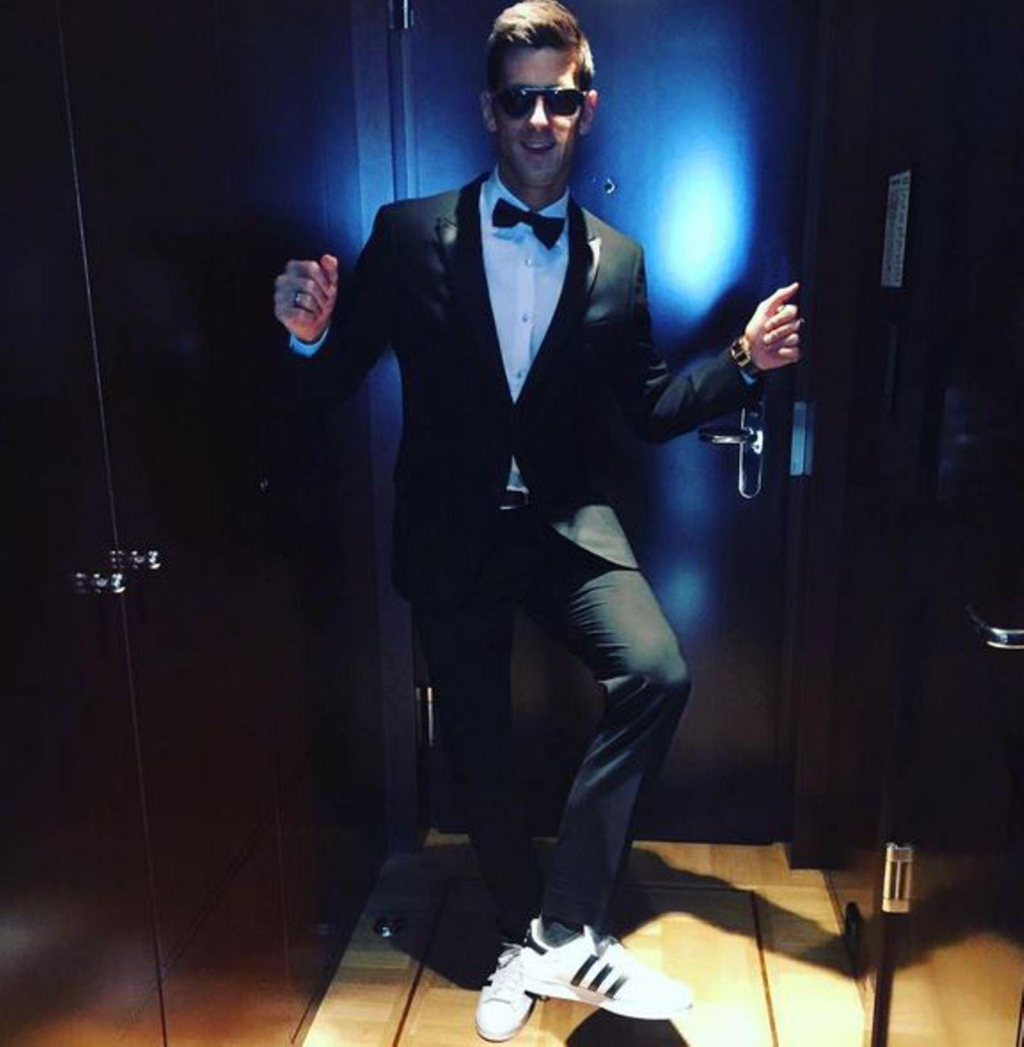 """Novak Djokovic zeigt seinen """"happy dance"""". Der Tennisprofi freut sich seine Freunde und Mitathleten zu treffen. Natürlich freut er sich auch über seine Nominierung als """"Sportler des Jahres""""."""