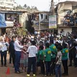 Tag 1  Die Cambridges unterhalten sich mit Kindern im Slum von Mumbai.